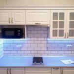 kuchnia w kamienicy biały lakier mat podświetlenie led korony wykończenie styl angielski