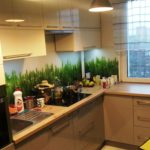 nowoczesna kuchnia na wymiar biało szara w połysku grafika na ścianie