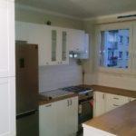 biała kuchnia lakierowana mat fronty frezowane blat imitacja drewna